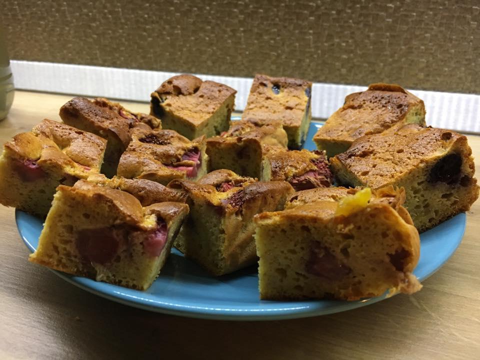 prăjitură cu iaurt și fructe