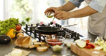 a găti mai mult acasă